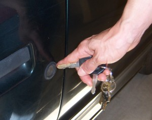 When using a vehicle key, apply the sense of touch with your index finger to find the key hole while looking around the area.